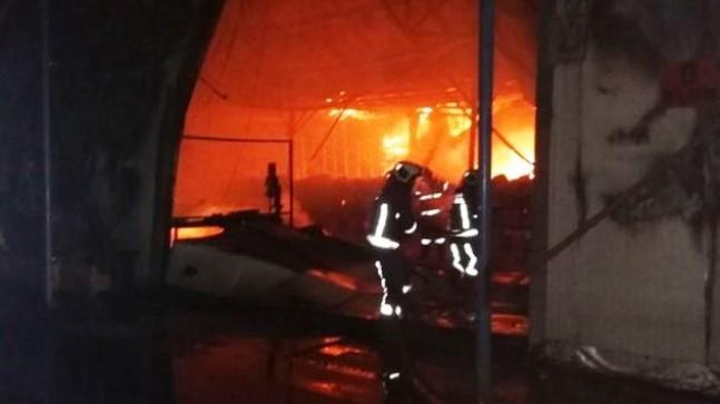 Maddi hasarlı büyük çapta olan fabrika yandı